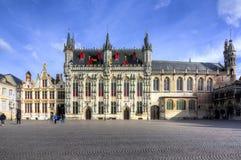 Rathaus und Basilika des heiligen Bluts auf Burgquadrat, Mitte von Brügge, Belgien lizenzfreie stockfotografie
