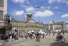 Rathaus und Madame Tussauds auf Verdammungs-Quadrat in Amsterdam, Hollan Lizenzfreie Stockfotos