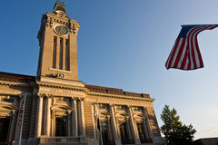 Rathaus und Markierungsfahne stockfotografie