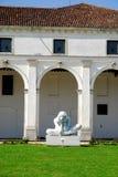 Rathaus und Statue in Limena in der Provinz von Padua in Venetien (Italien) Lizenzfreies Stockfoto