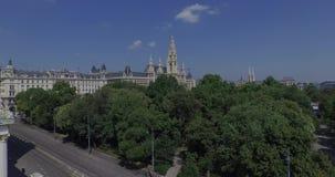 Rathaus Vienna - municipio & Rathauspark Siluetta dell'uomo Cowering di affari archivi video
