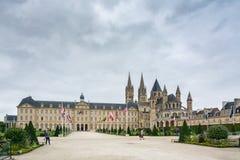 Rathaus von Caen und von Abtei von Saint-Etienne Stockfotos