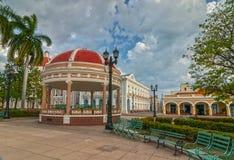 Rathaus von Cienfuegos-Stadt an Jose Marti-Park mit einigen Einheimischen stockfotos