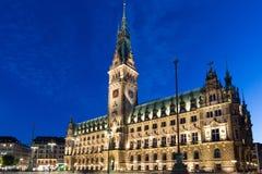 Rathaus von Hamburg an der Dämmerung während der blauen Stunde Stockbild