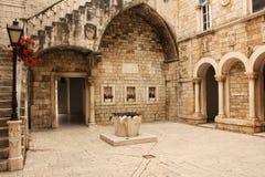 Rathaushof Trogir kroatien lizenzfreies stockbild