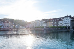 Rathaussteg,具体桥梁人们走并且骑横跨罗伊斯统治者列表河的地方自行车 图库摄影