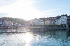 Rathaussteg, puente concreto donde la gente camina y monta las bicicletas a través del río de Reuss Fotografía de archivo