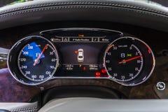 RATHENOW NIEMCY SIERPIEŃ 17, 2014: Bentley Mulsanne i Kontynentalny GT podczas testa jedzie obrazy royalty free