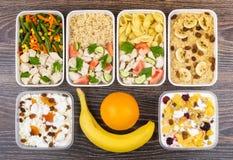 Ration de nourriture équilibrée dans des récipients en plastique sur la table foncée Image stock