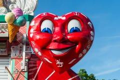 Ratisbonne, Bavière, Allemagne, l'AMI 25, 2017, grand coeur rouge à une friandise au festival folklorique de maidult à Ratisbonne Photo libre de droits