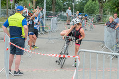 Ratisbonne, Bavière, Allemagne, le 6 août 2017, 28ème triathlon 2017, fléchissement de Ratisbonne d'un coureur de vélo dans le se Images stock