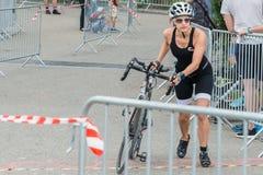 Ratisbonne, Bavière, Allemagne, le 6 août 2017, 28ème triathlon 2017, fléchissement de Ratisbonne d'un coureur de vélo dans le se Image libre de droits