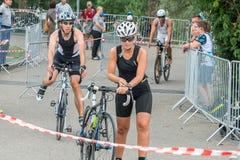 Ratisbonne, Bavière, Allemagne, le 6 août 2017, 28ème triathlon 2017, fléchissement de Ratisbonne d'un coureur de vélo dans le se Photographie stock