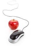 Ratón del ordenador y manzana roja Fotos de archivo