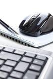 Ratón y cuaderno del ordenador con la pluma Fotos de archivo libres de regalías