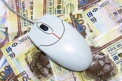 Rato do computador coloc em contas de dólar de Hong Kong Imagem de Stock