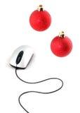 Rato do computador com as duas esferas do vermelho do Natal Fotografia de Stock