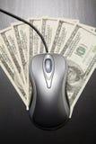Rato do computador e $100 contas de dólar Imagens de Stock