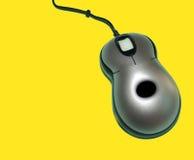 Rato do computador no backg amarelo imagem de stock