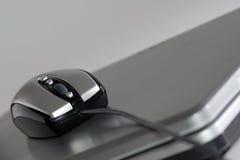 Rato em um portátil de prata Imagens de Stock