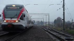 RATOMKA,白俄罗斯- 2017年11月26日:白俄罗斯的铁路 一列现代火车驾驶通过照相机在一个有雾的多云晚上 股票视频
