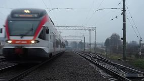 RATOMKA, BIELORUSSIA - 26 novembre 2017: La ferrovia della Bielorussia Un treno moderno guida dopo la macchina fotografica in una archivi video