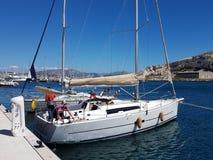 Ratonneau wyspa, Francja/- mogą 8, 2017: Załoga sailingboat przygotowywa nasz jacht żeglować Mały jachtu cumowanie blisko mola w  Zdjęcia Royalty Free