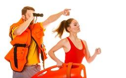 Ratownicy w życie kamizelce z ratowniczy boja biegać Zdjęcie Royalty Free