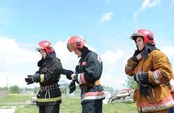 Ratownicy, wolontariuszi i militarny w oddaleniu gruz w poszukiwaniu utrzymania Demonstrative ćwiczenia Zdjęcia Royalty Free