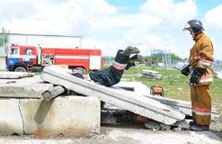 Ratownicy, wolontariuszi i militarny w oddaleniu gruz w poszukiwaniu utrzymania Demonstrative ćwiczenia Fotografia Stock