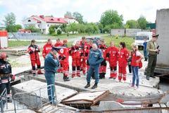 Ratownicy, wolontariuszi i militarny w oddaleniu gruz w poszukiwaniu utrzymania Demonstrative ćwiczenia Obraz Royalty Free