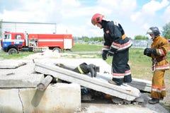 Ratownicy, wolontariuszi i militarny w oddaleniu gruz w poszukiwaniu utrzymania Demonstrative ćwiczenia Zdjęcia Stock