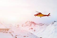 Ratowniczy śmigłowcowy lądowanie na skłonach przy ośrodkiem narciarskim w wysokogórskich górach Przeciwawaryjna wypadek usługa zdjęcie royalty free
