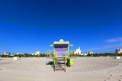 Ratownik kabina na pustej plaży, obrazy stock