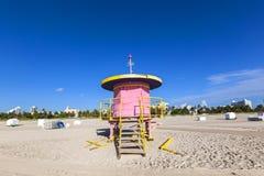 Ratownik kabina na pustej plaży, obraz stock