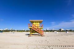 Ratownik kabina na pustej plaży, obrazy royalty free