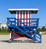 Ratownik kabina na pustej plaży, zdjęcia stock