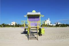 Ratownik kabina na pustej plaży, fotografia stock