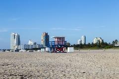 Ratownik kabina na pustej plaży, obraz royalty free