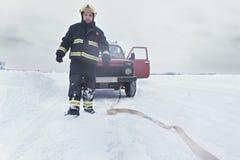 Ratownik przy łamanym czerwonym samochodem fotografia royalty free