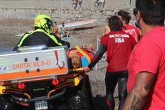 Ratownik ratuje pływaczka ratuneku przy morzem Obrazy Royalty Free