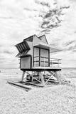 Ratownika dom na piasek plaży w Miami, usa Wierza dla ratowniczego baywatch w typowym art deco stylu Drewniany dom na oceanie obrazy stock