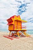 Ratownika dom na piasek plaży w Miami, usa Wierza dla ratowniczego baywatch w typowym art deco stylu Drewniany dom na oceanu brze zdjęcia royalty free