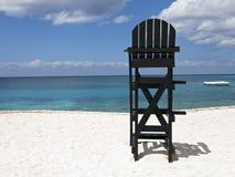 Ratownika krzesło przy Tropikalną plażą Obrazy Royalty Free