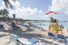 Ratownika stojak przy Wielką pocięgla Cay plażą Fotografia Royalty Free