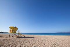 Ratownika stojaka plaża obraz stock