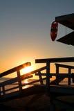 Ratownika wierza przed romantycznym zmierzchem w Santa Monica plaży Obraz Stock