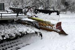 Ratrac Ratrack,雪修饰机器倾斜为滑雪胜地的滑雪者做准备在山 滑雪的倾斜PR的Ratrac机器 免版税库存照片