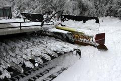 Ratrac Ratrack,雪修饰机器倾斜为滑雪胜地的滑雪者做准备在山 滑雪的倾斜PR的Ratrac机器 库存照片