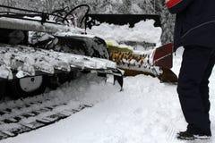 Ratrac Ratrack,雪修饰机器倾斜为滑雪胜地的滑雪者做准备在山 滑雪的倾斜PR的Ratrac机器 免版税库存图片